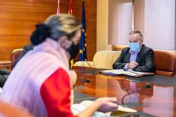La diputada del PPAna Guarinos revisa la tabla de datos ante la mirada del director general de Presupuestos.