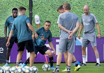 El jugador del Ajax Sergino Dest (c), durante un entrenamiento