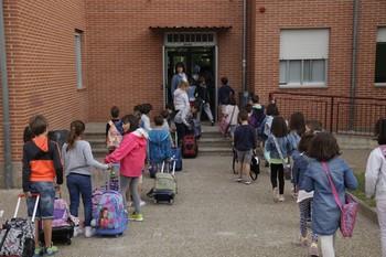 Escolares entrando en un colegio.