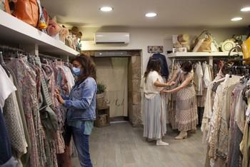 Clientas en una tienda de ropa de Logroño.