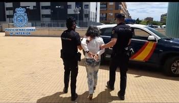 Dos agentes conducen a la detenida.