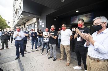 Empresarios y trabajadores de locales de ocio nocturno, poco antes de encerrarse en sus locales como gesto de protesta.
