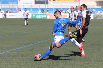 Kike Domínguez se dispone a golpear el balón.