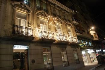 El Ateneo Albacetense, cerrado, no puede lucir iluminación extraordinaria, como lo hizo en su 125 aniversario.