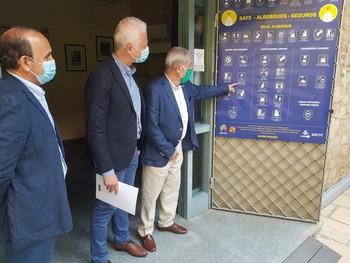 El alcalde atiende las explicaciones sobre el protocolo sanitario en el albergue de Logroño.