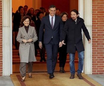 El jefe del Gabinete central, Pedro Sánchez (i), junto a Pablo Iglesias, tras la 'foto de familia' de su equipo.