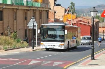 Un autobús del servicio Metropolitano circula por Alberite.