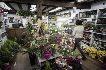 Los floristas se quejan del desplome de las ventas de flores por la gestión del Ayuntamiento.