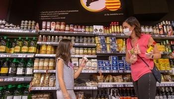 Una mujer con su hija, en un supermercado.