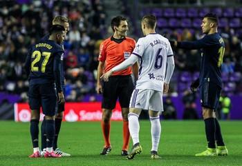 De Burgos Bengoetxea habla con Casimiro y Raúl Carnero.