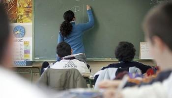 Alumnos atienden las explicaciones de la profesora en clase, en una imagen de archivo.