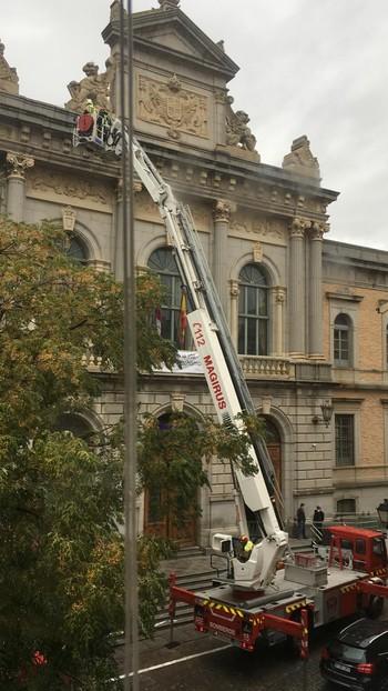 Los bomberos han utilizado la autoescala para poder llegar a la parte superior de la fachada de la Diputación.