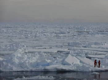 Dos científicos, en una de las zonas congeladas del océano Ártico.