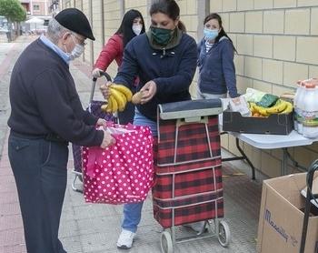 Reparto de comida por parte de voluntarios de Cáritas.