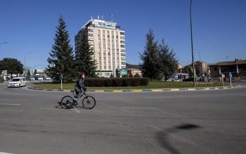 Ciclista por la glorieta Jorge Luis Borges, que une las avenidas Cantabria y del Cid.