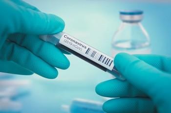 Un sanitario maneja una muestra en una prueba de coronavirus.