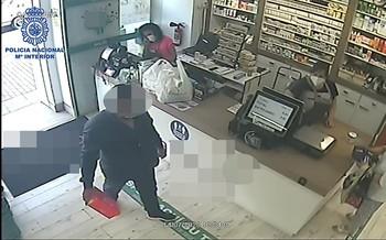 Imagen del detenido grabado por la cámara de uno de los establecimientos.