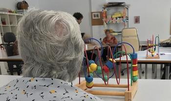 Una mujer en una residencia de ancianos.