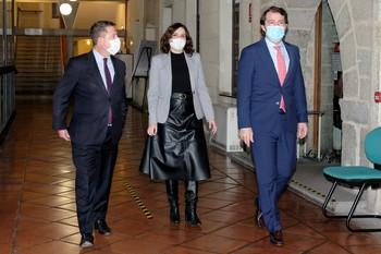 Emiliano García-Page, Alfonso Fernández Mañueco (c) e Isabel Díaz Ayuso, a su llegada a Ávila para celebrar una reunión de seguimiento de la pandemia.