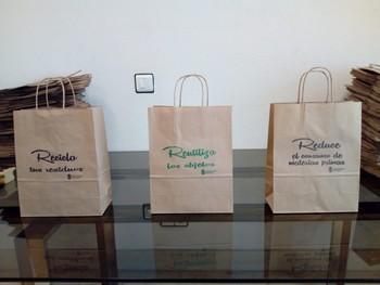 El sábado se entregarán bolsas de papel como estas en el Mercado Norte y un día después, en el mercadillo de la avenida Castilla y León.