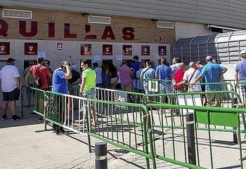 Varios abonados guardan cola en las taquillas del Carlos Belmonte.