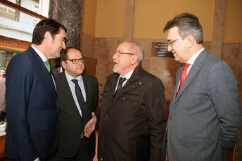 El consejero de Fomento y Medio Ambiente, Juan Carlos Suárez-Quiñones(I), con el exconsejero Julio Valín(CD), el alcalde de La Bañeza, Javier Carrera(CI) y el delegado territorial, Juan Martínez (D).