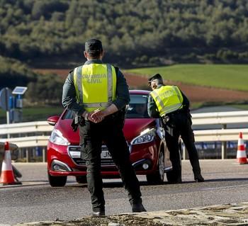 Imagen de archivo de dos guardias civiles durante un control en carretera.
