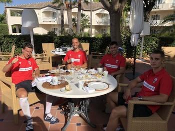Paredes, Miño, Roni y Carrique, relajados ante un copioso desayuno.
