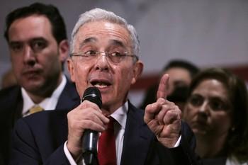 El expresidente colombiano Uribe, bajo arresto domiciliario