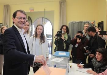 Fernández Mañueco vota en Salamanca en las elecciones autonómicas celebradas el 26 de mayo del año pasado.