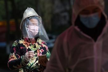 La cifra de muertos en China por coronavirus aumenta a 2.442