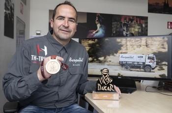 Alberto Herrero muestra la medalla por alcanzar la meta de Quiddiya (Arabia Saudí).