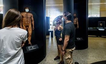 Miguelón, el pre-neandertal basado en el Cráneo n05 de la Sima de los Huesos, también lleva mascarilla.