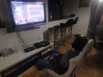 Un joven maneja un juego en internet desde el salón de casa.