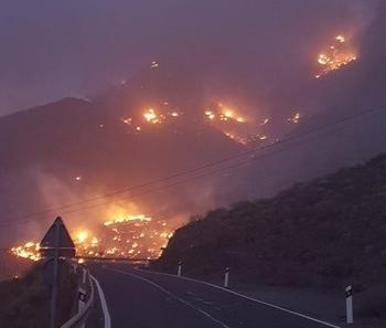 Un incendio en Tasarte obliga a desalojar a 200 vecinos