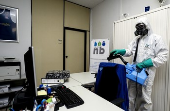 Los procesos de desinfección por nebulización son eficaces si antes se ha llevado a cabo una limpieza clásica del polvo de teclados, mesas, etc.