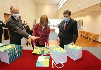 El consejero de Economía y Hacienda, Carlos Fernández Carriedo, y la directora general de Presupuestos, Maribel Campos, entregan las cuentas al presidente de las Cortes, Luis Fuentes (i).