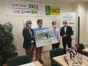 Responsables de la ONCE y del Sescam durante la presentación del cupón del Hospital.