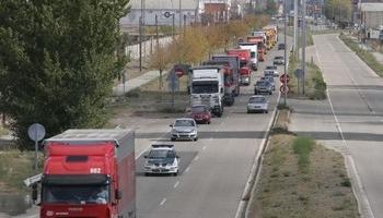 Vista de trafico de transporte de mercancías riojano en carretera.