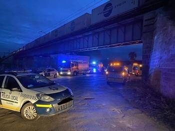 Policías, bomberos y sanitarios, en la zona de un accidente.