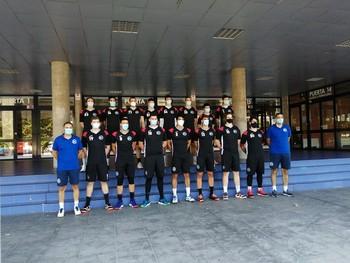 Plantilla y cuerpo técnico del Balonmano Logroño 2020-21 posa en el Palacio de los Deportes.