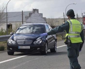 Un agente de la Guardia Civil en una autovía albacetense, en una imagen de archivo.