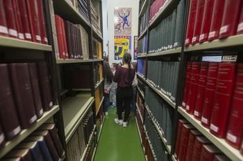 Un grupo de escolares contempla los tomos en los que el Archivo guarda infinidad de documentos. El año pasado visitaron el Palacio de Castilfalé más de dos mil estudiantes.
