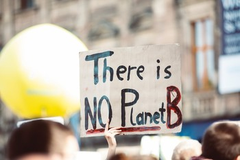 Una pancarta con el lema 'No hay planeta B'