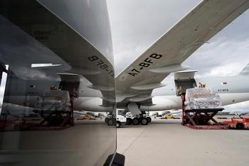 Imagen de archivo de un avión descargando material sanitario en Barajas.