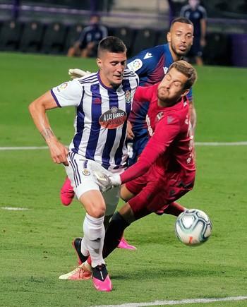 El portero del Levante Aitor Fernández (d) comete penalti sobre Sergio Guardiola,
