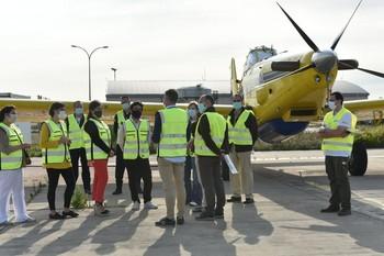 La presidenta del Gobierno y otras autoridades, durante la visita al operativo contra incendios con base en Agoncillo.