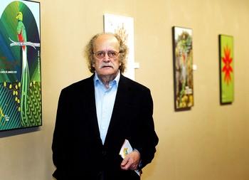 Julián Santamaría, durante una exposición de carteles de la Ruta Quetzal en el Arco de Santa María en 2002.