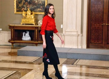 La Reina reinventa un favorecedor 'look' a golpe de botas altas