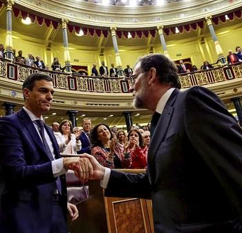 Rajoy (d) felicita a Sánchez tras conseguir el socialista los apoyos para sacar adelante la moción de censura